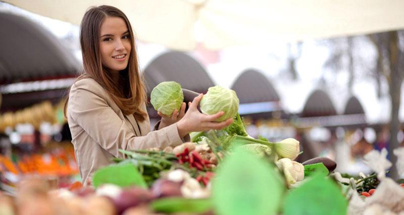 mujer comrpando verduras