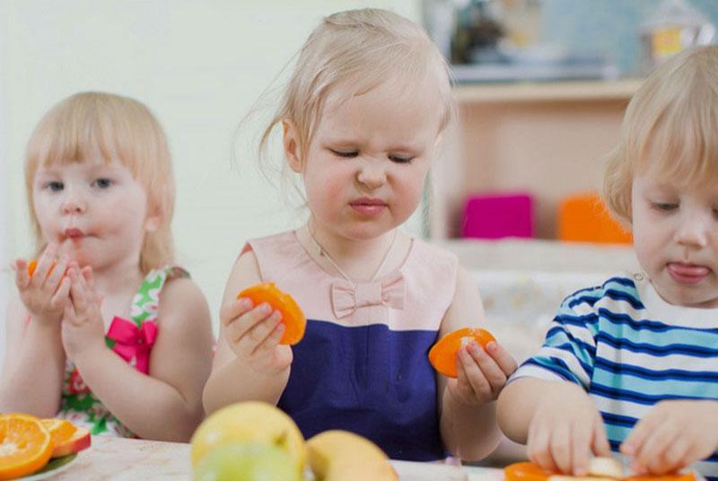 niña intolerante comiendo