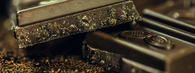 pieza de chocolate negro puro